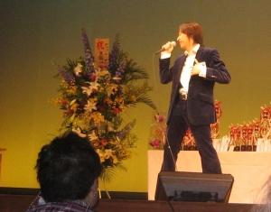 カラオケ大会ステージ(歌唱中)